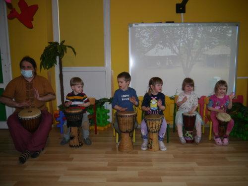 """""""Afrykańskie bębny""""- warsztaty muzyczne z Panem Arkiem Timmem"""